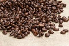 咖啡豆堆在粗麻布的 免版税库存图片