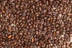 咖啡豆堆在粗麻布的 库存图片