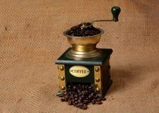 咖啡豆填写了在黄麻织品的减速火箭的研磨机机器 免版税库存图片