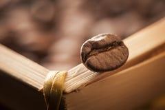 咖啡豆宏指令在边缘的 免版税图库摄影