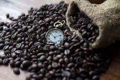 咖啡豆日以继夜计时 免版税库存照片