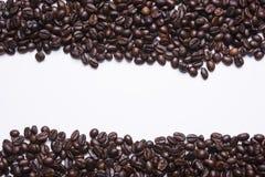 咖啡豆有拷贝空间的白色背景 库存图片