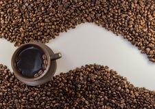 咖啡豆波浪和咖啡 免版税库存照片