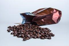 咖啡豆烤咖啡袋 免版税库存图片