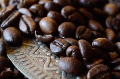 咖啡豆特写镜头在葡萄酒金属盘的与装饰品 库存图片