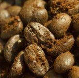 咖啡豆用对此的碾碎的咖啡 免版税库存照片