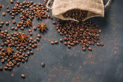 咖啡豆用香料茴香和生锈的石表面上的粗麻布大袋与自由空间 免版税库存照片