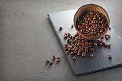 咖啡豆的土气样式图象在椰子壳碗的 免版税图库摄影