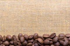 咖啡豆的壁角装饰在袋装的材料的 免版税库存图片