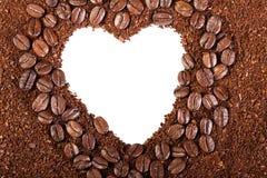 从咖啡豆的背景在心脏框架  免版税库存图片