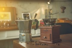 咖啡豆研磨机和罐在桌上在咖啡馆 库存图片
