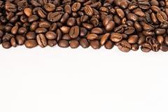 咖啡豆背景在白色背景隔离的 免版税图库摄影