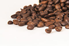 咖啡豆背景在白色背景隔离的 库存照片