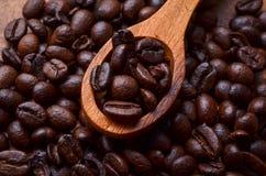 咖啡豆背景/咖啡豆在木背景 免版税库存照片