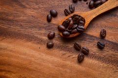 咖啡豆背景/咖啡豆/咖啡豆在木 免版税库存照片