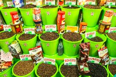 咖啡豆销售在中央食物市场上的 免版税库存图片