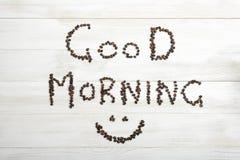 咖啡豆顶视图做词组与微笑的早晨好 免版税库存图片