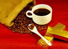 咖啡豆,在杯的咖啡,巧克力 图库摄影
