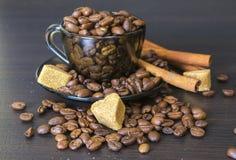 咖啡豆,杯,罐,在黑暗的桂香 库存照片