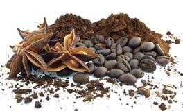 咖啡豆,碾碎的咖啡和八角 免版税库存图片