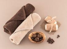 咖啡豆巴恩炸弹、温泉肥皂和豪华毛巾 库存照片
