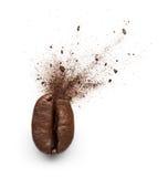 从咖啡豆破裂的咖啡粉末 免版税库存图片