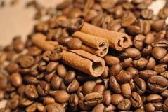 咖啡豆witn在布料大袋的肉桂条 库存照片
