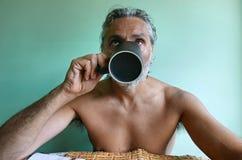 咖啡赤裸上身的人 图库摄影