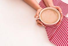 咖啡递顶视图白色红色小条毛巾 库存图片