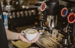 咖啡酿造拿铁艺术Barista 免版税库存图片