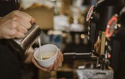 咖啡酿造拿铁艺术Barista 图库摄影