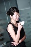 咖啡饮用的办公室妇女 免版税库存照片