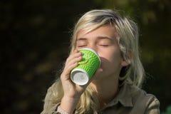 咖啡饮用的女孩 库存照片