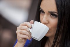 咖啡饮用的女孩 免版税库存照片