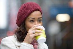 咖啡饮用的妇女 库存图片