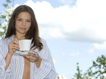 咖啡饮用的松弛妇女年轻人 免版税库存照片