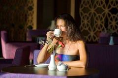 咖啡饮用的法式蛋糕铺 免版税图库摄影