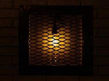 咖啡馆、客栈或者酒吧装饰 老,葡萄酒灯关在监牢里在a 库存照片