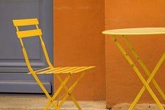 咖啡馆与椅子的小餐馆桌,从普罗旺斯。 库存图片