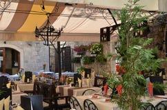 咖啡馆中世纪街道城镇 免版税库存图片