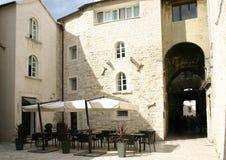 咖啡馆克罗地亚分开的街道 免版税库存照片