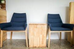 咖啡馆内部、自由蓝色椅子在咖啡馆和一张棕色桌 库存图片