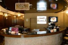 咖啡馆内部在机场 免版税库存图片