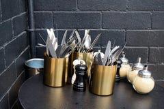 咖啡馆利器、糖和盐和胡椒研磨机 免版税库存照片
