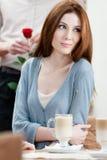 咖啡馆和人的妇女与在她之后起来了 免版税库存图片