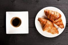 咖啡馆和新月形面包 免版税图库摄影
