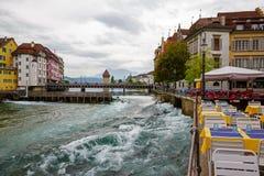 咖啡馆和老大厦沿河 库存图片
