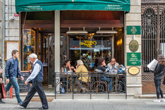 咖啡馆和餐馆在Istiklal街道上在伊斯坦布尔,土耳其 库存照片