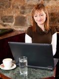 咖啡馆咖啡互联网早晨 免版税库存照片