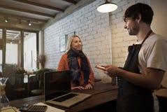 咖啡馆咖啡侍者职员服务自助食堂围裙概念 免版税库存照片